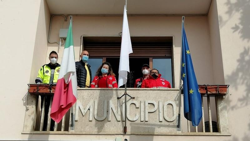 A Sante Marie la bandiera della Croce Rossa sventola sul palazzo municipale