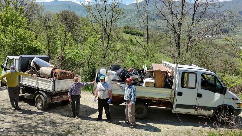 """Un'intera famiglia ripulisce dai rifiuti un tratto del """"Cammino dei briganti"""" tra Sorbo e San Donato"""