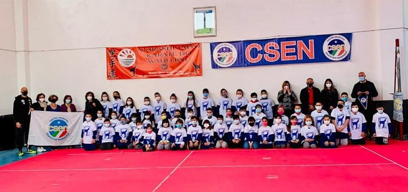 """Progetto karate-scuola, consegnate le t-shirt agli alunni della Scuola Primaria """"Lombardo Radice"""" di Sante Marie"""