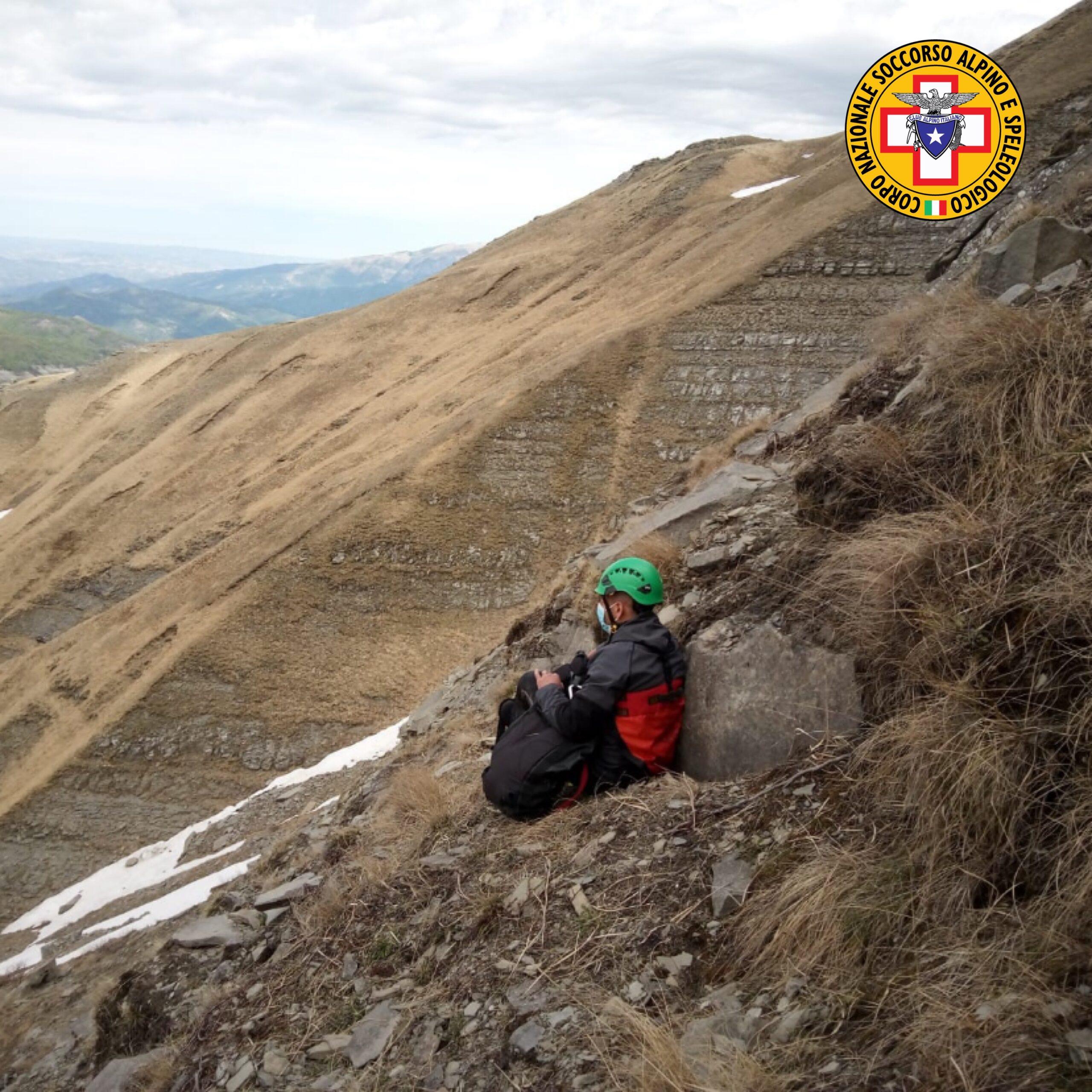 Escursionista cade e si rompe una spalla sul Sirente, intervengono le squadre di terra di L'Aquila ed Avezzano del Soccorso Alpino per portarlo in salvo