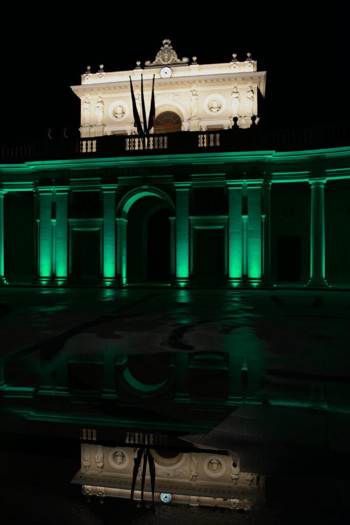 Giornata dell'Infermiere, il Colonnato dell'Emiciclo a L'Aquila illuminato di verde