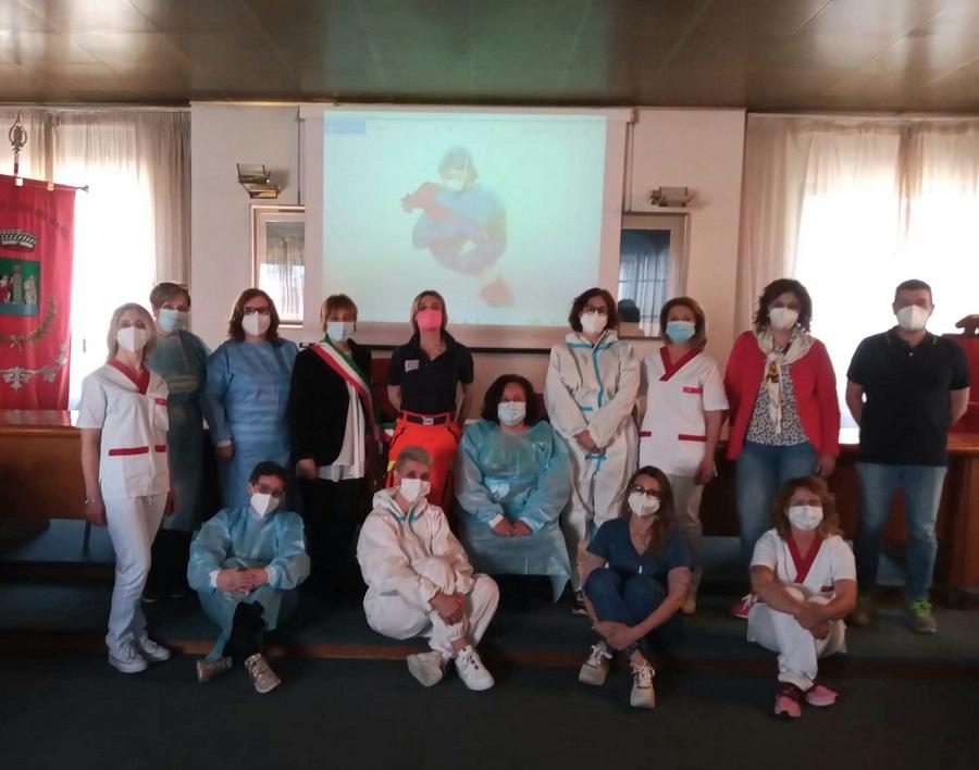 Luco dei Marsi celebra la Giornata Internazionale dell'Infermiere, cerimonia in Comune e illuminazione dedicata