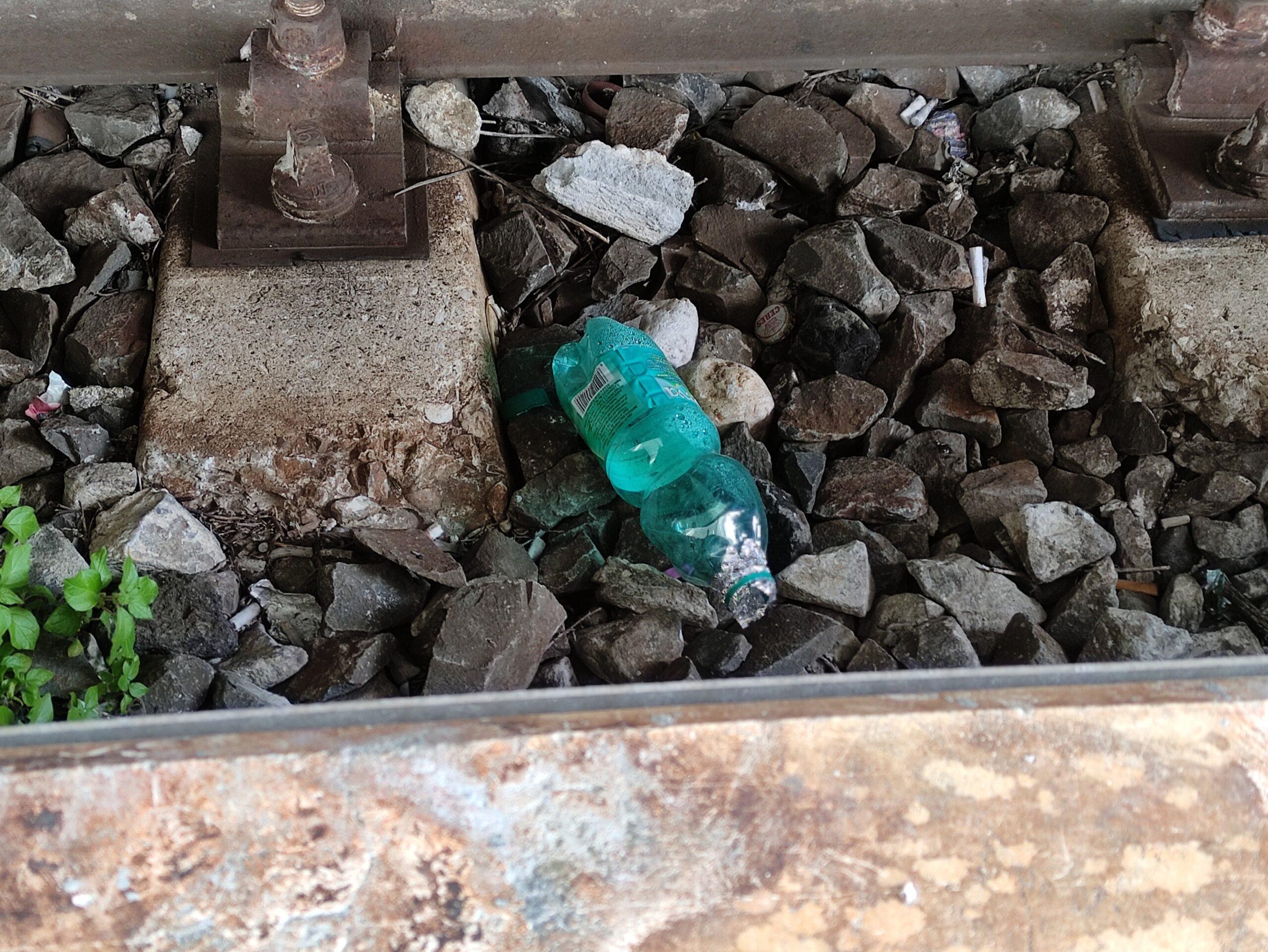 Bottiglie per fumare crack tra i binari della stazione di Avezzano