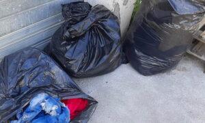 Sacchi di abiti usati abbandonati davanti alla sede CRI di Carsoli