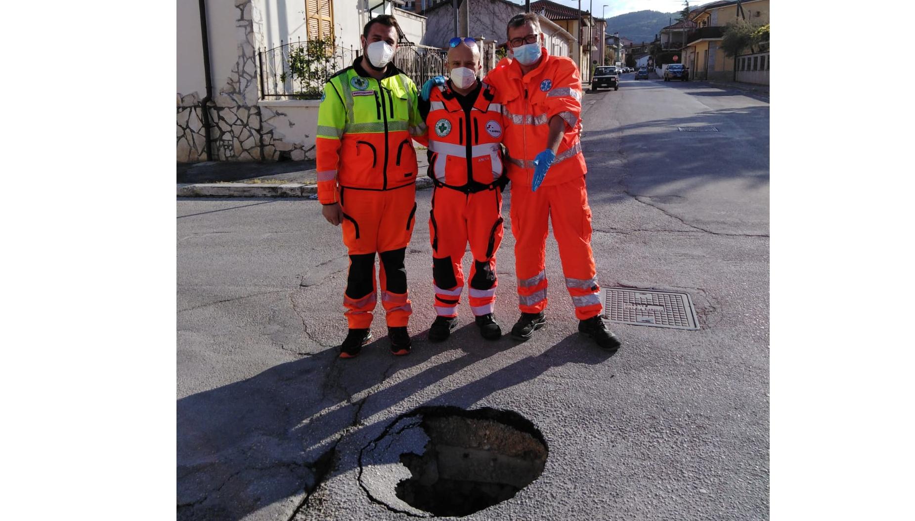 Si apre una voragine profonda due metri in zona 'Cupello' di Avezzano