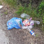 Sacchi di rifiuti abbandonati lungo la strada tra Cappelle e Antrosano