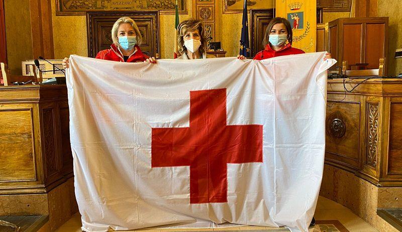 La bandiera della Croce Rossa esposta sul Palazzo di Città ad Avezzano fino al 9 maggio