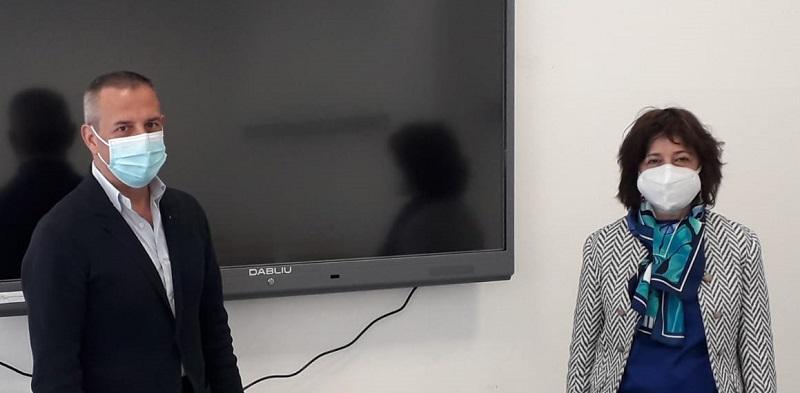 Dirigente scolastico Anna Maria Fracassi e del Site Manager di Micron Semiconductor Italia Claudio Mari.