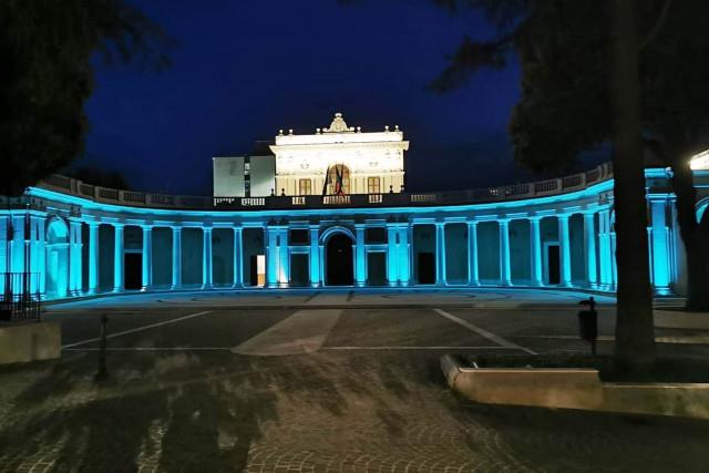 L'Aquila, il Palazzo dell'Emiciclo si colora di blu per i diritti dell'infanzia e dell'adolescenza
