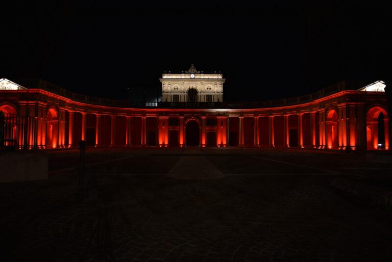 Giornata Mondiale della Croce Rossa Palazzo dell'Emiciclo all'Aquila illuminato di rosso