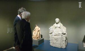 Il presidente della Repubblica ammira la statua in terracotta scoperta nel santuario di Angizia/FOTO