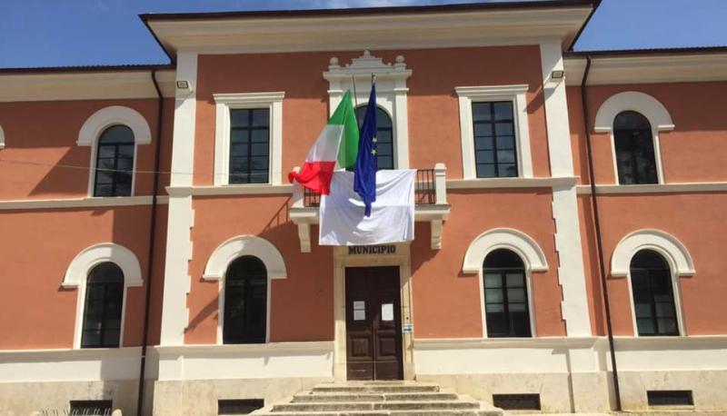 Il Comune di Carsoli espone un lenzuolo bianco per celebrare la Giornata della Legalità