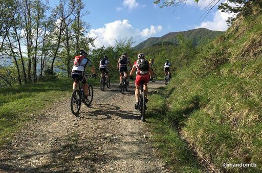 Pedalata di beneficenza per la Croce Rossa Italiana con gli sciAttori sulle strada del Giro d'Italia