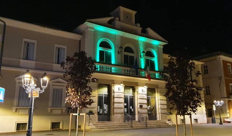 Il Comune di Pescina celebra la Giornata Internazionale dell'Infermiere illuminando di verde il Municipio