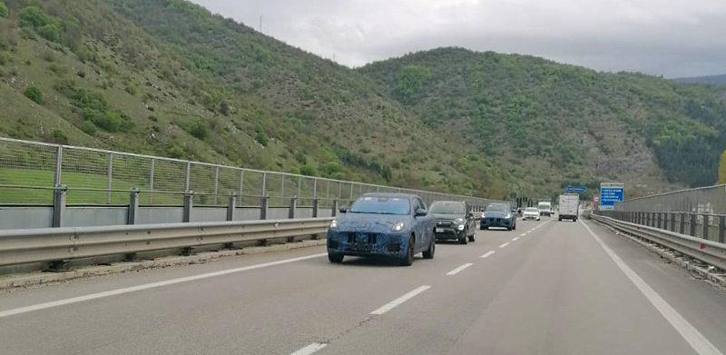 Due prototipi del nuovo Suv Alfa Romeo Tonale in giro per la Superstrada del Liri