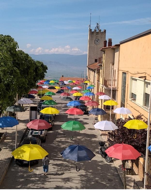 Aperti gli ombrelli colorati ad Aielli