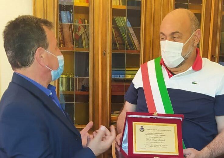 Alta onorificenza di Cavaliere all'ordine del Merito al Dott. Gino Bianchi, il Comune di Villavallelonga gli consegna una targa