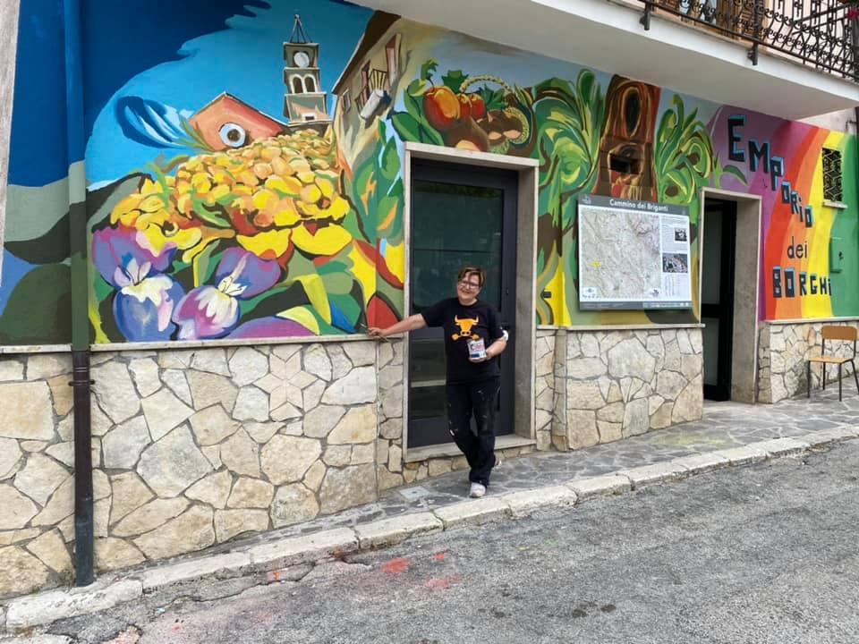 Sante Marie ha una nuova opera murale, è dell'artista avezzanese Antonella D'Angelo
