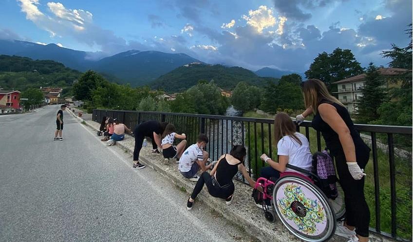 Canistro, i giovani dipingono l'inferriata del Ponte sul Liri
