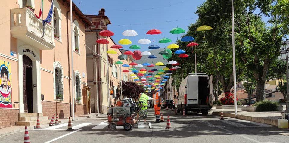 Oggi ad Aielli si lavora sulla segnaletica orizzontale stradale
