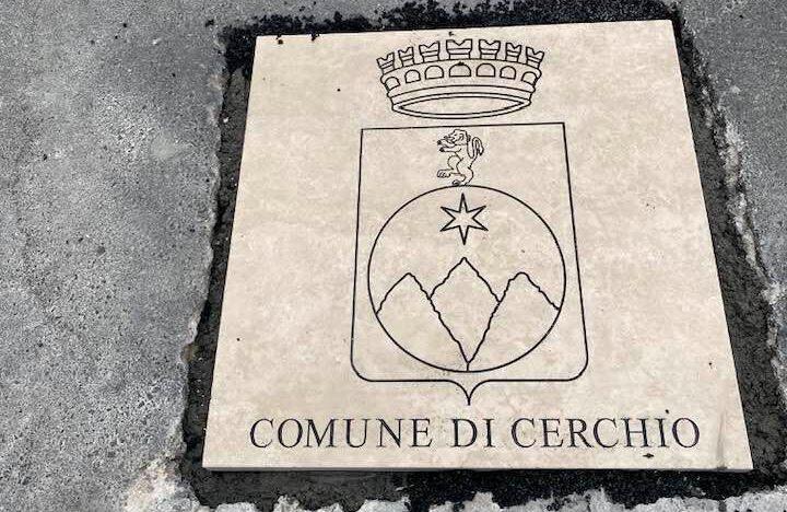 Cerchio si fa più bello con lo stemma del Comune sulla strada