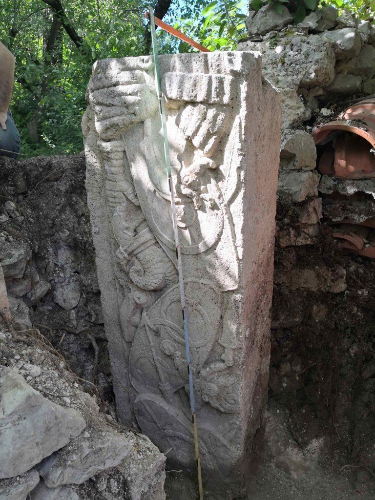 Rinvenimento archeologico a Corcumello: si tratta di un imponente fregio figurato con armi di epoca romana