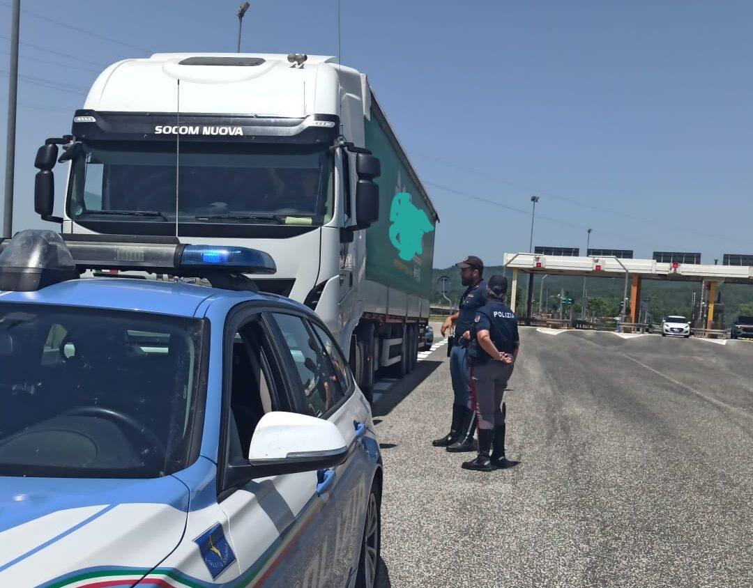 Conducente fermato dalla Polizia stradale perché inseriva la scheda del cronotachigrafo del cognato eludendo i tempi di guida e riposo dei mezzi