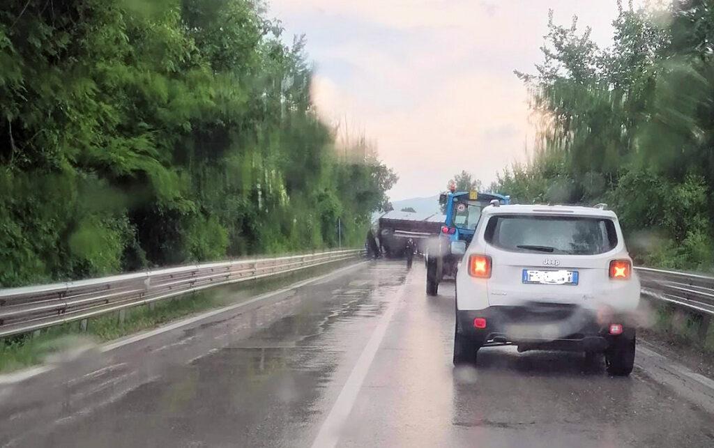 Camion si ribalta sulla Strada Statale Tiburtina e invade la carreggiata. Circolazione bloccata