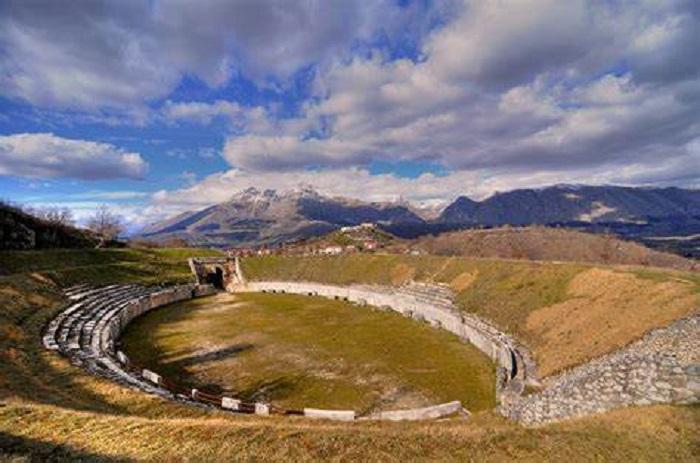 """La Scuola """"San Giovanni"""" di Avezzano presenta il suo spettacolo annuale all'anfiteatro di Alba Fucens"""