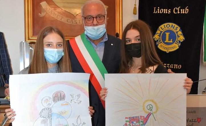Un Poster per la Pace, il Sindaco Ciciotti premia due alunne della Classe 3B della scuola media di Capistrello