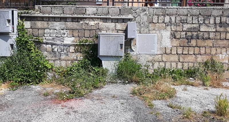 Le erbacce crescono indisturbate in molte strade di Celano