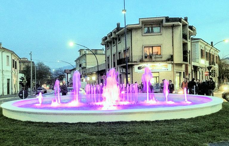 """L'arcobaleno dei diritti """"colora"""" la fontana di piazza Orlandini"""