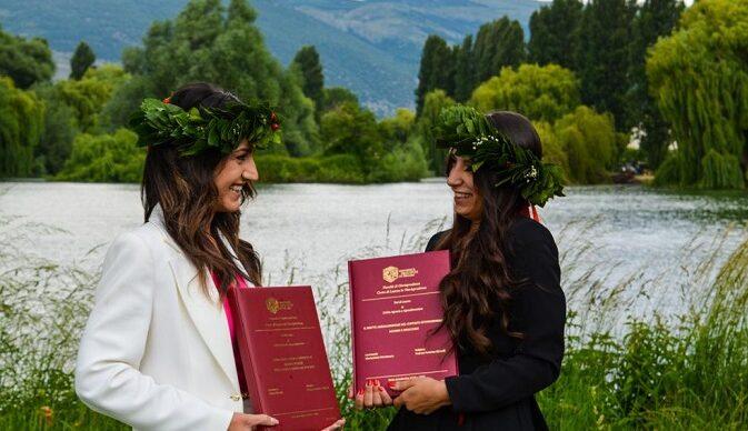 Chiara e Mariachira due ragazze di San Benedetto dei Marsi dopo un'amicizia lunga una vita conseguono insieme la laurea in giurisprudenza