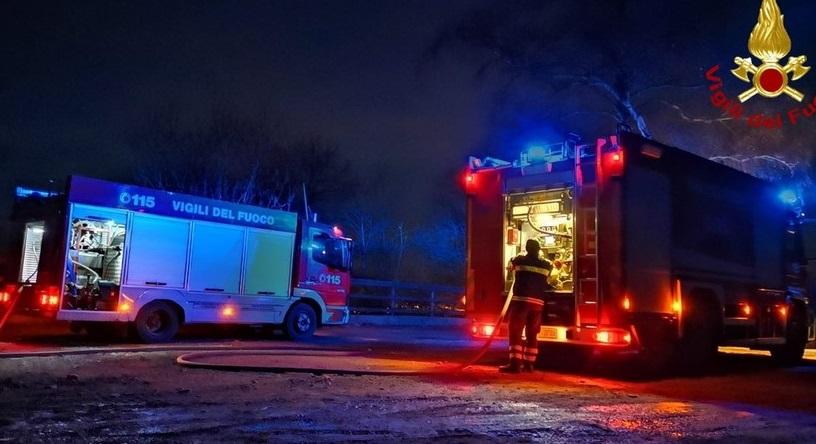 In fiamme il tetto di una pizzeria, sul posto tre mezzi dei vigili del fuoco di Avezzano