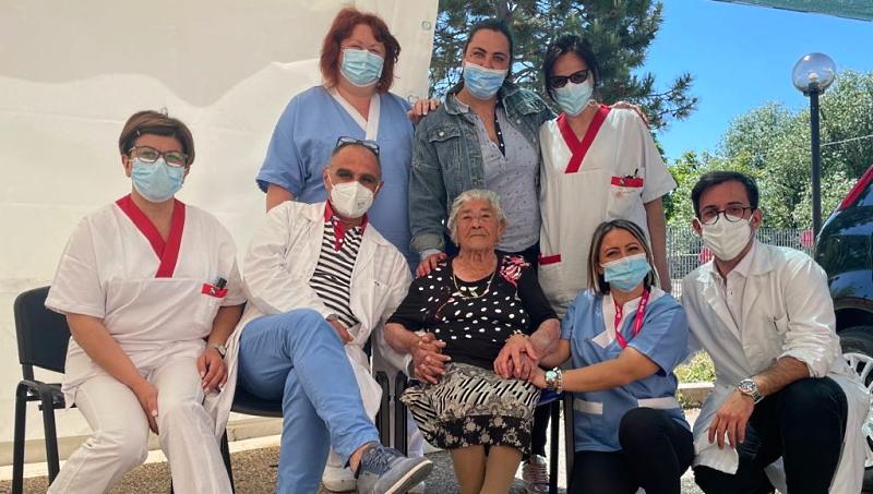 Anche la centenaria Loreta Trinchini si vaccina presso l'hub di Pescina