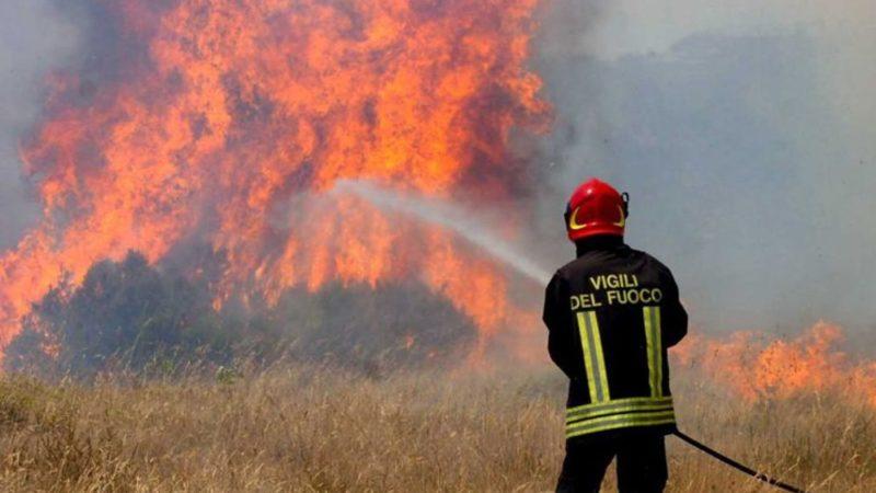 Vasto incendio di sterpaglie ad Ortucchio, sul posto i vigili del fuoco