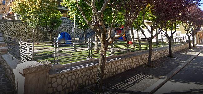 Danneggiati i giochi del parco di piazza Michetti a Luco dei Marsi