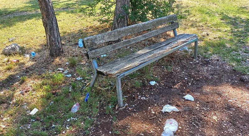 Rifiuti e sporcizia nelle aree pic-nic della Pineta di Avezzano