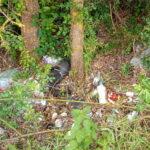Ci sono anche diversi giocattoli tra i rifiuti abbandonati per strada tra Cappelle e Antrosano
