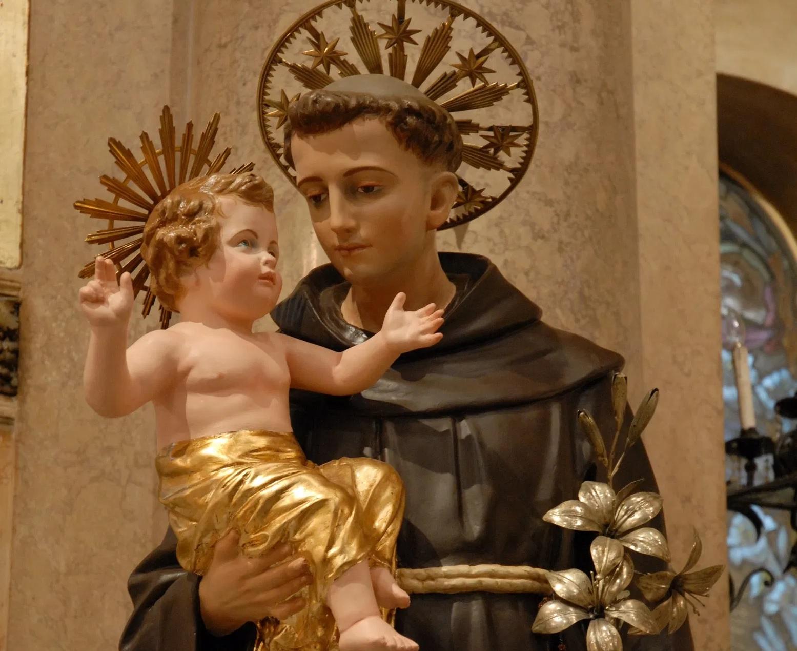 Vandalizzato il faro che illumina la statua di Sant'Antonio