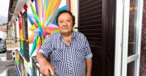 """Aielli, Borgo Universo sul proprietario della casa del murales di Okuda San Miguel: """"Per lui abitare la street art è sollievo, una vera e propria ricchezza per sé e per tutto il borgo"""""""