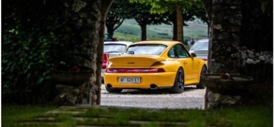 Aielli, le auto Porsche a spasso tra i murales di Borgo Universo