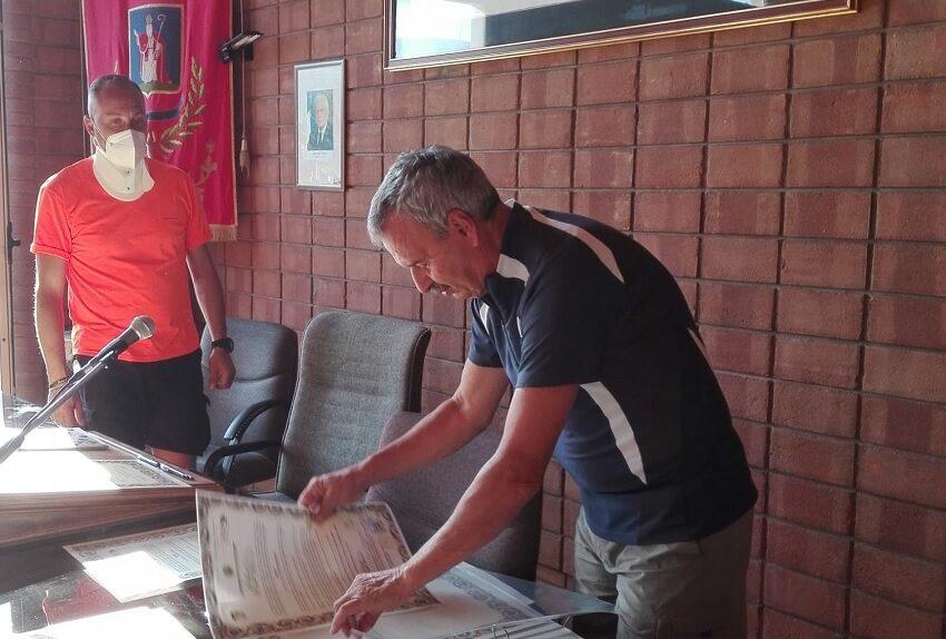 Sergio Rozzi a Pescina con l'assessore allo sport e territorio, Antonio Odorisio, per la firma della Pergamena di adesione a La Via dei Marsi