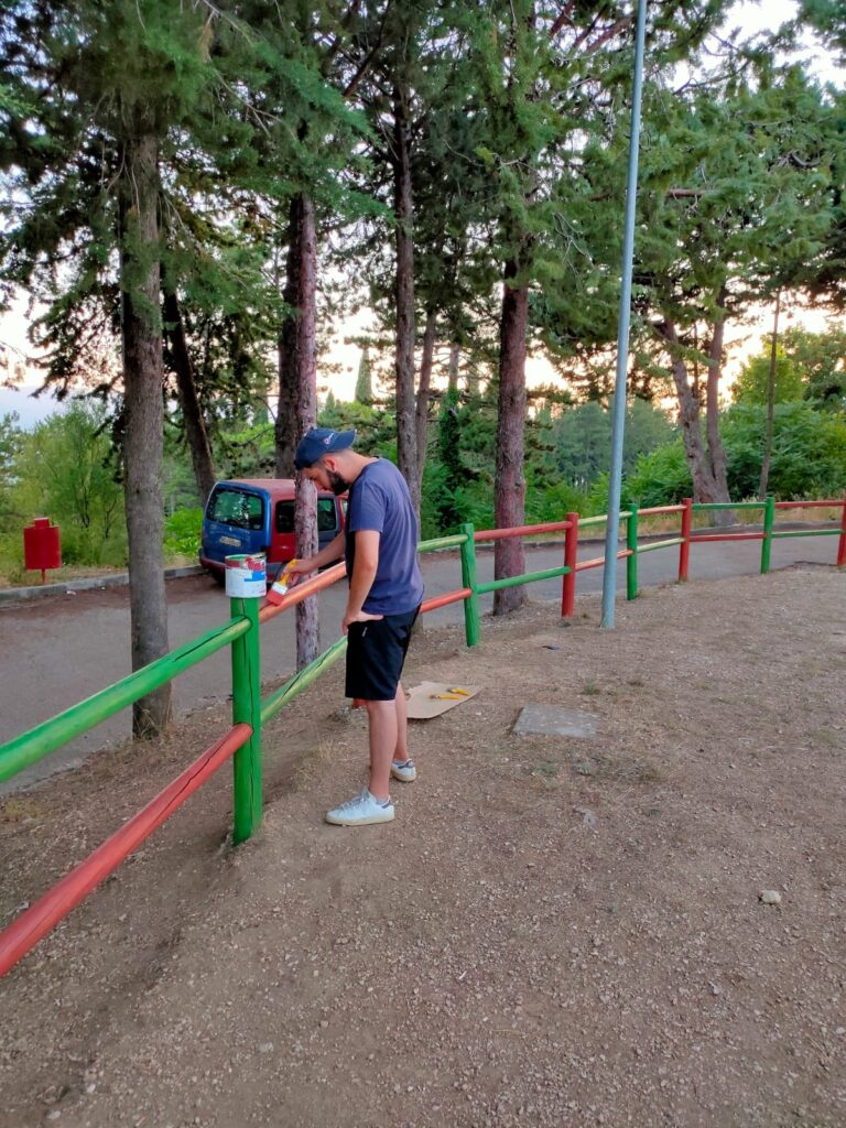 Il parco giochi di Aielli Stazione si veste di nuovi colori grazie ai ragazzi del servizio civile
