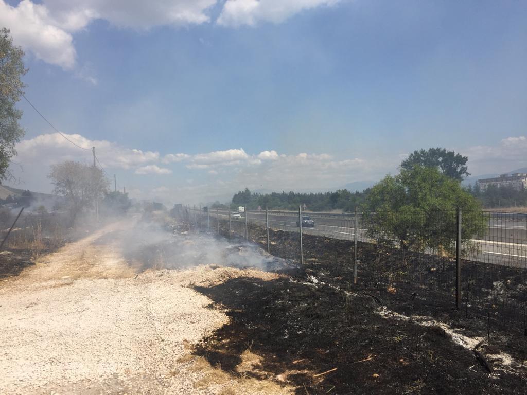 Incendio nei pressi dell'autostrada ad Avezzano