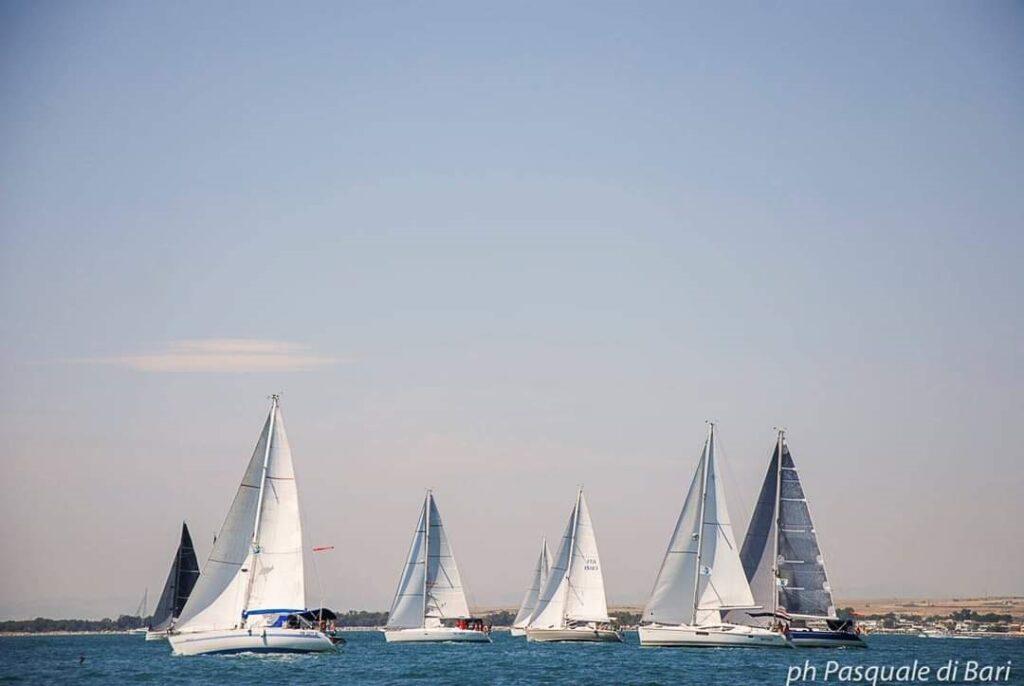 Grande successo per il Flash mob nautico contro la violenza sulle donne, tra i protagonisti la skipper avezzanese Susanna Di Toro