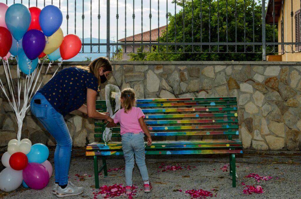 San Donato ricorda il giovane Valerio Marchetti: gli amici gli dedicano una panchina nella piazza principale
