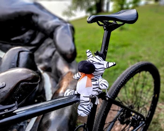 Il pupazzo Remigio arriva a Vienna, si è concluso il primo cicloviaggiato dedicato alla memoria di Eligio Ferrari
