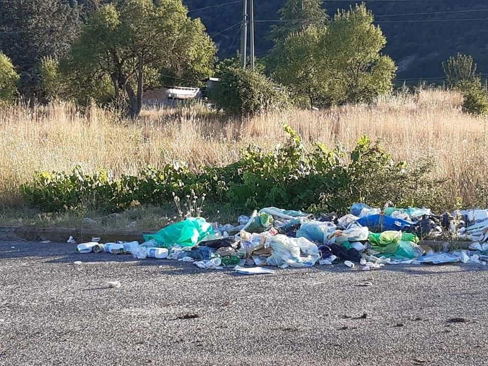 Cumuli di rifiuti nei pressi del cimitero vecchio di Avezzano