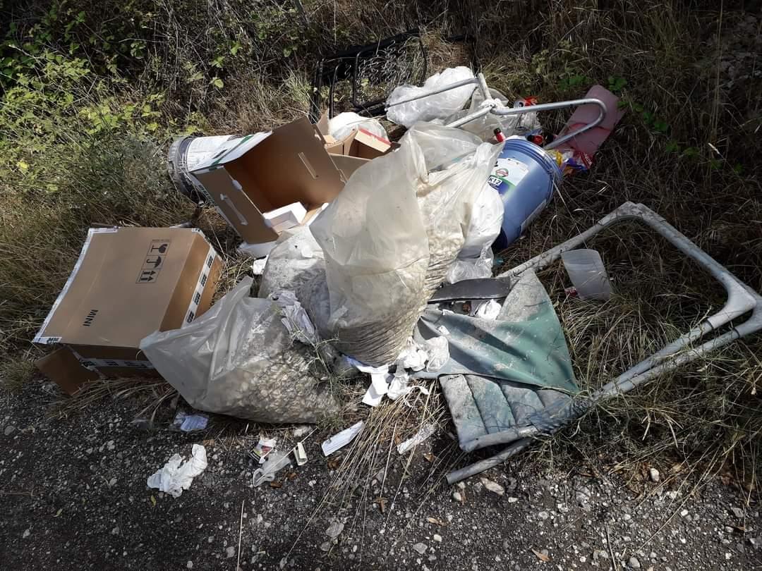 Immondizia abbandonata nei pressi della Tiburtina: tra i rifiuti pacchi, scontrini, scarti edili e bottiglie di birra